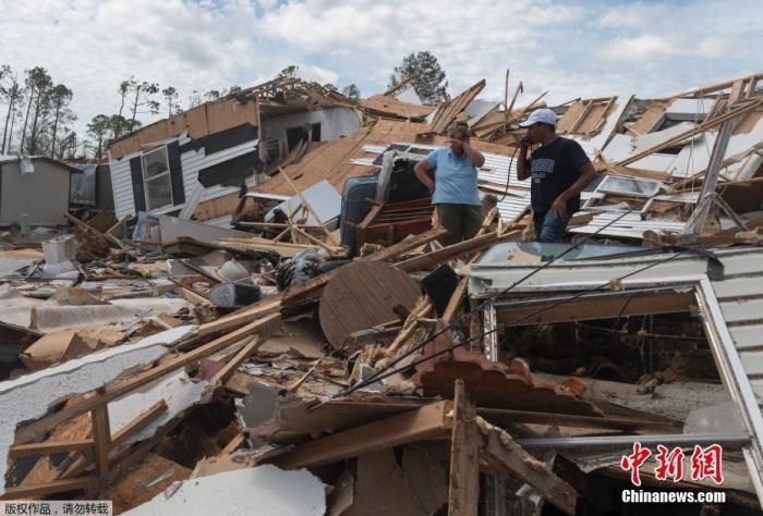 """飓风""""劳拉""""袭美致14死 多地停水停电或持续数周"""