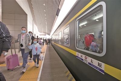 国庆长假尾日中国铁路迎来返程客流高峰