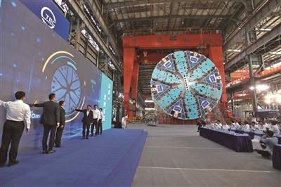 """首台上海产超大直径盾构下线 将为机场联络线""""护航"""""""