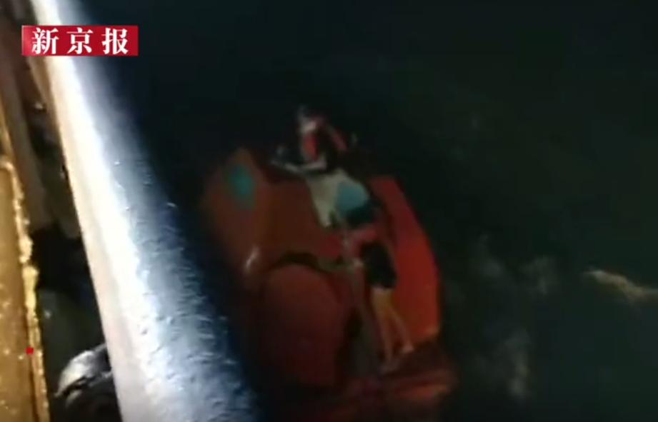 广东湛江一艘运砂船台风中侧翻,2人遇难3人失联