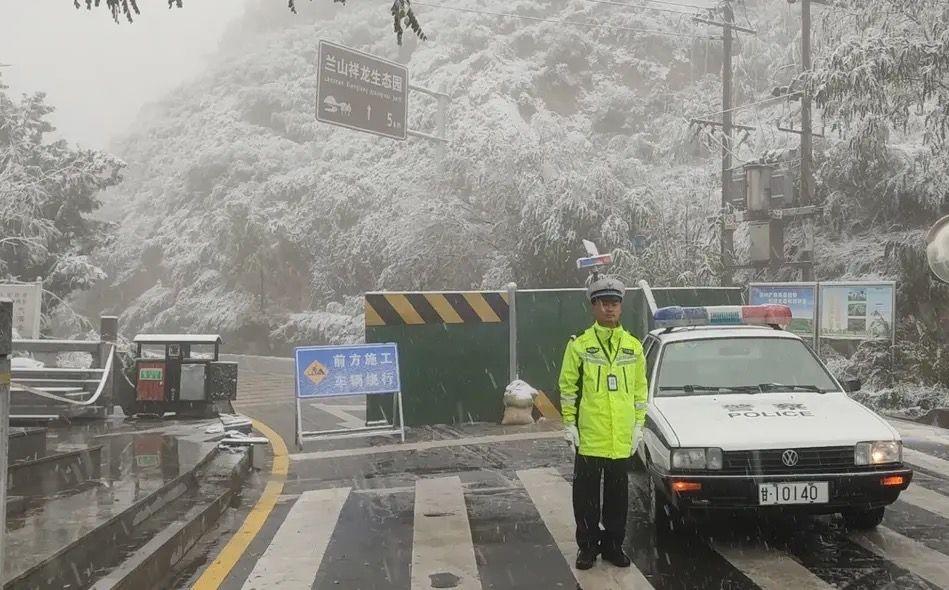 甘肃发布多地暴雪蓝色预警,交警在山区路段设岗劝返车辆