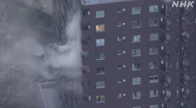 日本东京市区一栋高层公寓发生火灾 现场浓烟滚滚(图)