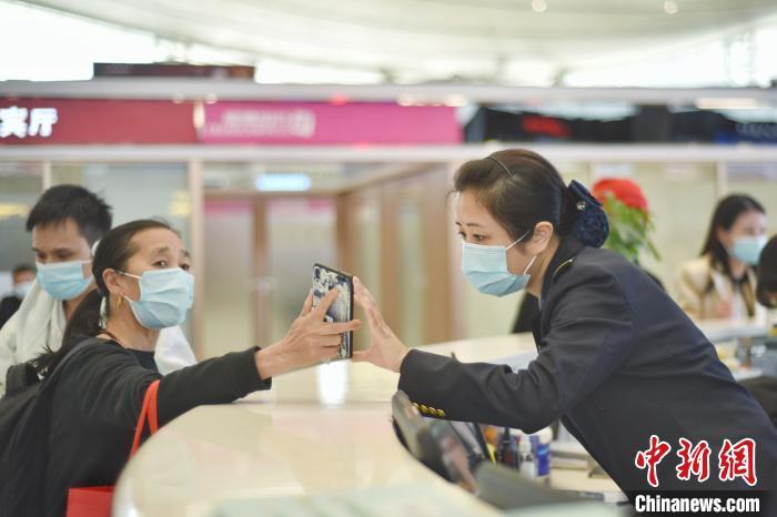 深圳北站值班站长的三个笔记本 守护一份情