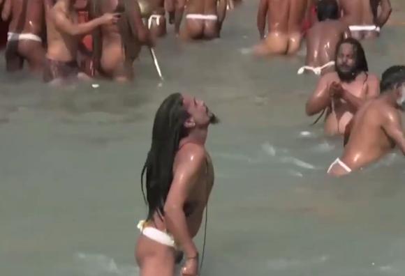 数万印度人跳入恒河沐浴:壮观!相信恒河水保佑清除病毒