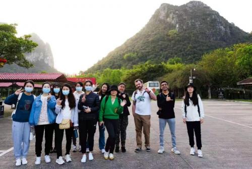 华尔街英语Adventure Club首批幸运学员与外教携手游阳朔