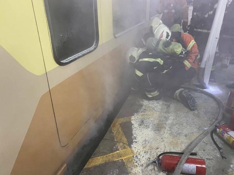"""快讯!台媒:台铁""""自强号""""列车起火,乘客吓坏"""