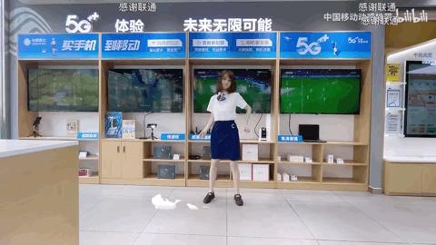 """破圈爆红!银行小姐姐跳起""""最甜""""书记舞,播放量超400万!弹幕却狂刷""""感谢联通"""""""