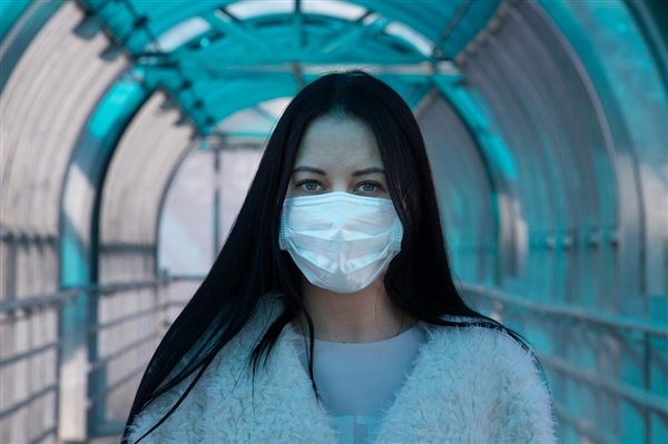 """小心晒成""""口罩脸"""" 医生提醒:戴了口罩也需全脸涂防晒"""