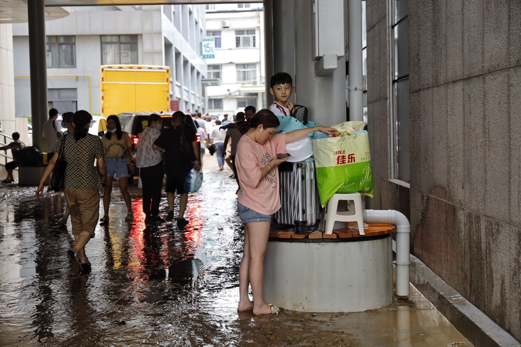 K226次列车已获物资补给!郑州市区主要干道淤泥也清理完毕 不少片区仍然处于停电状态