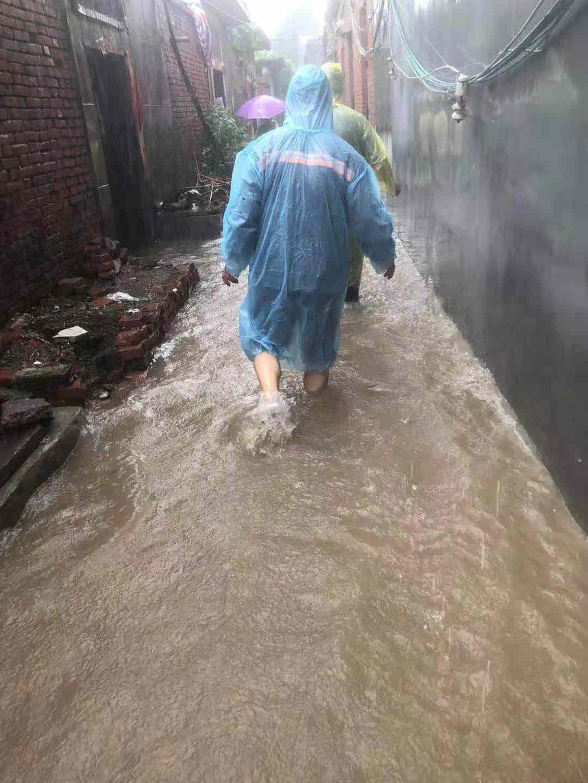 中国太保寿险调查员韩斌冒雨协助当地居民进行搬迁转移