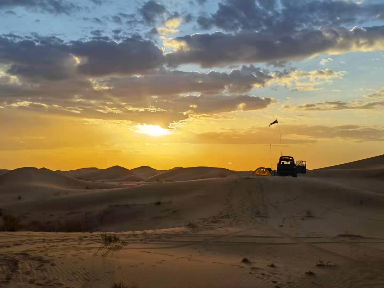 16岁学生参加沙漠探险活动身亡,同伴称到公路才有信号叫救护车