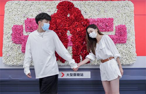 杭州地铁站变浪漫打卡地,顾家家居免费派送大波玫瑰花