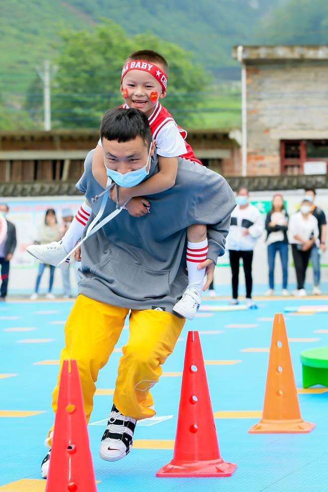 中华慈善日:美团携手55万公好商家,助力毕节山区小儿园铺设102个活动场