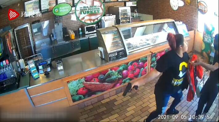 """美国劫匪持枪抢劫快餐店遭女店员""""反杀"""",当事者发布现场视频后被停职"""